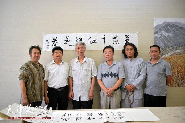 图为杨德树(左三)与杨建国、温洪琪、曹善华、张养峰等在天津美术网
