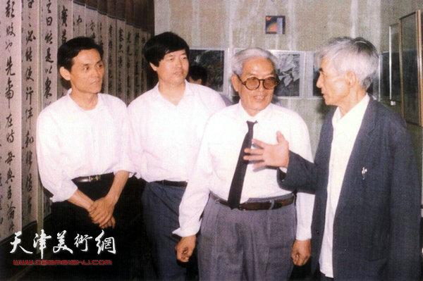 图为陈梅庵三代书画展在天津石化公司开展,著名画家曹德兆(左一)、著名诗人鲁黎(右)参观画展。(1991年)