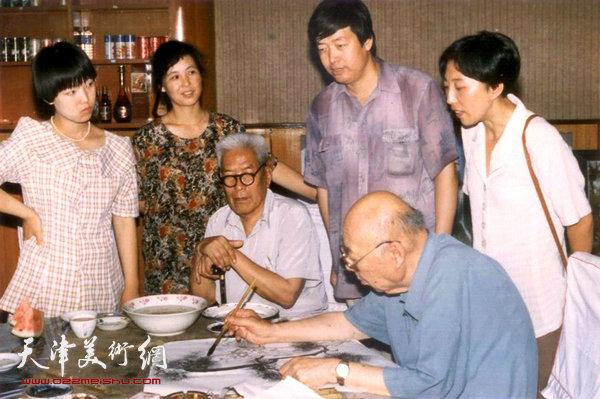 图为爱新觉罗·溥佐先生为陈梅庵先生作画《苍鹰图》。(1992年)