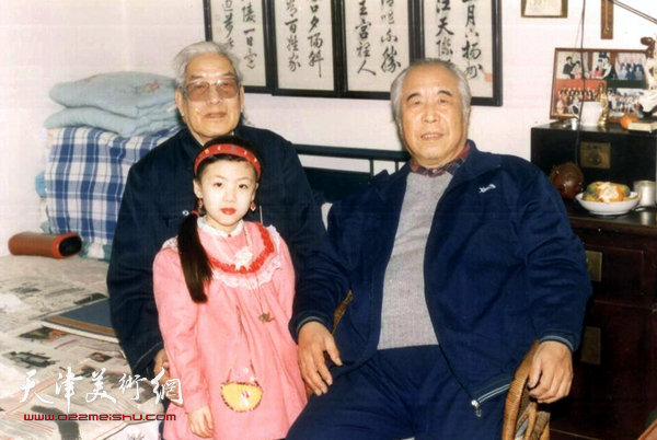 图为孙克纲先生到陈梅庵先生家中为陈老先生祝寿。(1994年)