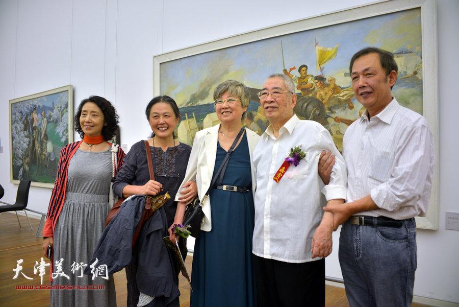 邓家驹与夫人徐礼娴和观众在画展现场