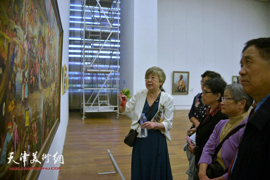 邓家驹夫人徐礼娴在为观众讲画