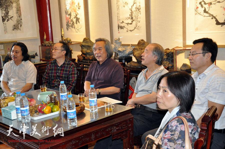 贾广健精品佳作9月13日在集真阁展出,图为贾广健、张桂元、王书平、霍春阳、何东在现场。