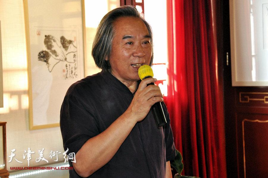 贾广健精品佳作9月13日在集真阁展出,图为霍春阳致辞。