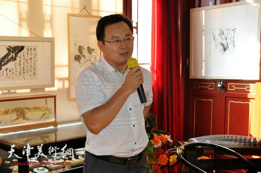 贾广健精品佳作9月13日在集真阁展出,图为张桂元致辞。