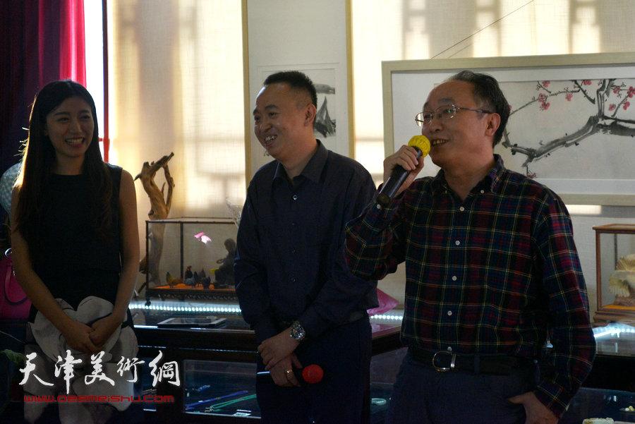 贾广健精品佳作9月13日在集真阁展出,图为何东致辞。