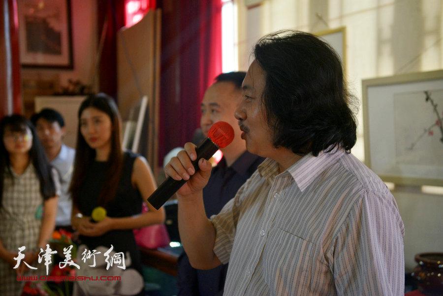 贾广健精品佳作9月13日在集真阁展出,图为贾广健致答谢词。