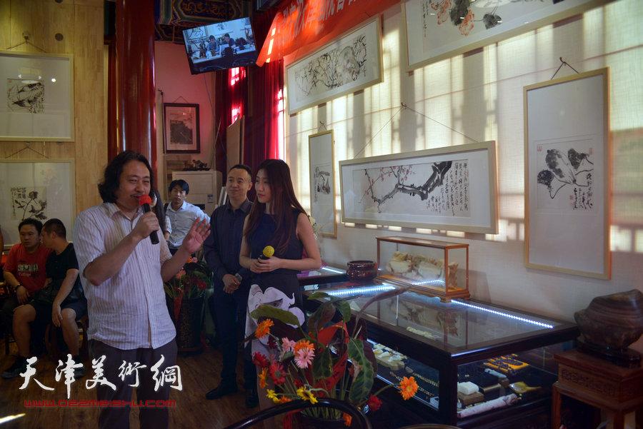 贾广健精品佳作9月13日在集真阁展出,图为贾广健向来宾介绍画作。
