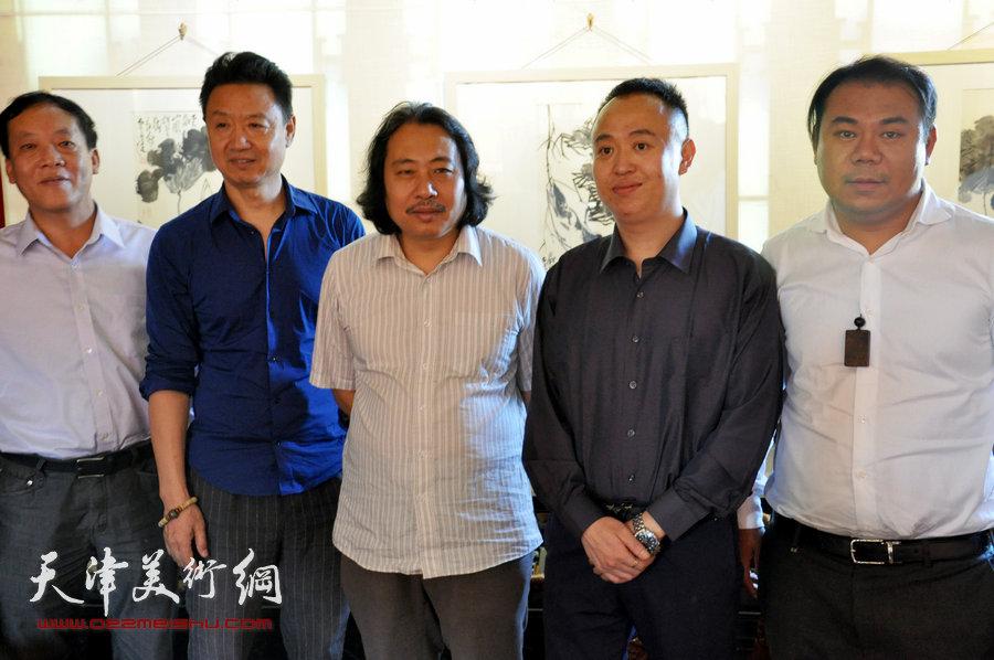 贾广健精品佳作9月13日在集真阁展出,图为贾广健与李旺、马明等在现场。