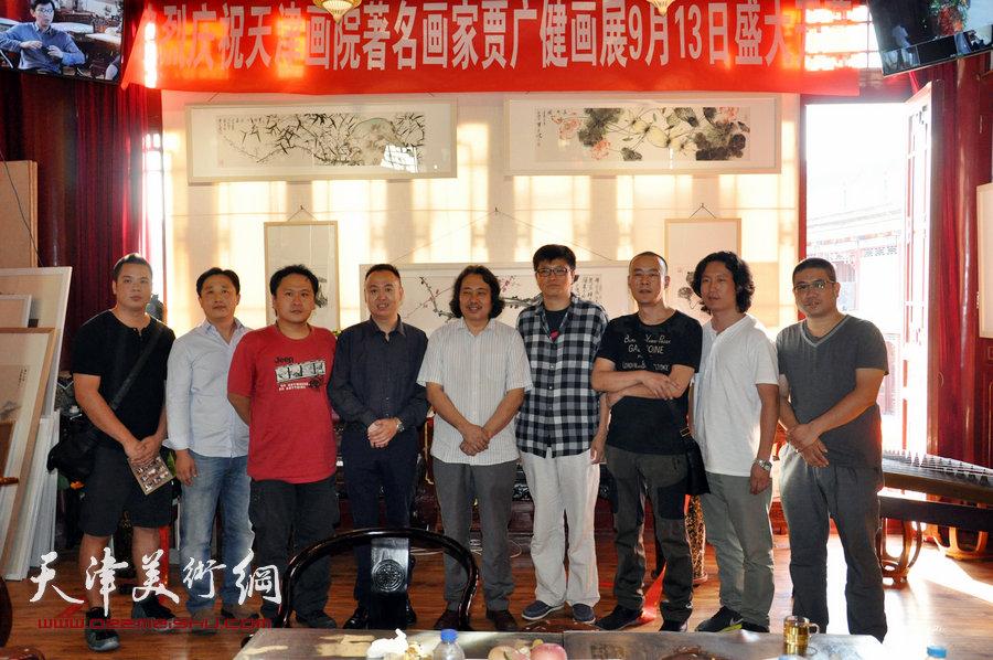 贾广健精品佳作9月13日在集真阁展出,图为贾广健与马明、徐展、霍岩、李旭飞、姜立志、梁健、姚丽彬等在现场。