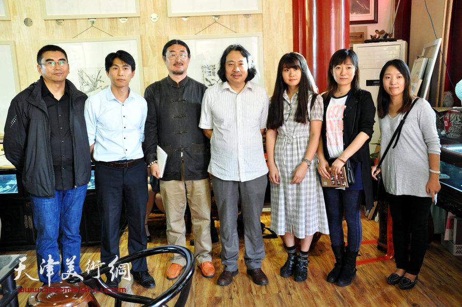 贾广健精品佳作9月13日在集真阁展出,图为贾广健与他的学生们在现场。