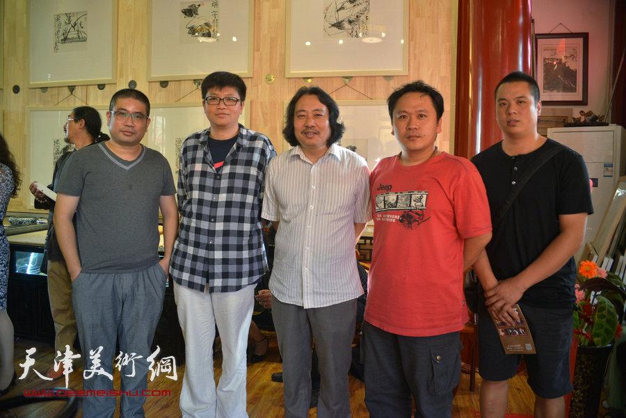 贾广健精品佳作9月13日在集真阁展出,图为贾广健与霍岩、李旭飞、姜立志、姚丽彬等在现场。