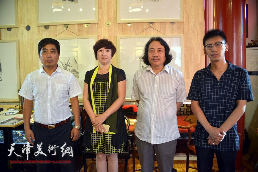 贾广健精品佳作9月13日在集真阁展出,图为贾广健与张春燕、石玉华、尹燕杰在现场。