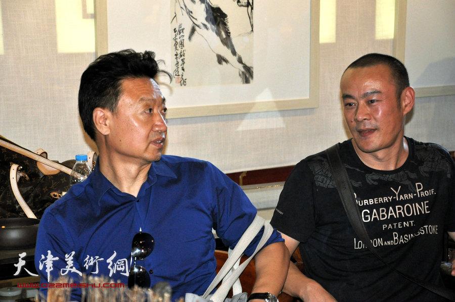 贾广健精品佳作9月13日在集真阁展出,图为李旺、徐展在现场。