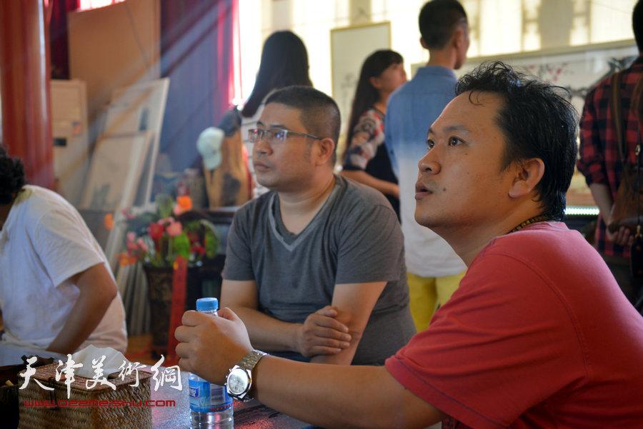 贾广健精品佳作9月13日在集真阁展出,图为霍岩、姜立志在现场。
