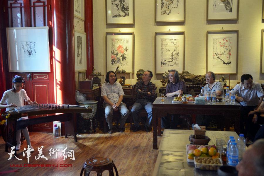 贾广健精品佳作9月13日在集真阁展出,图为来宾在现场聆听古乐助兴。