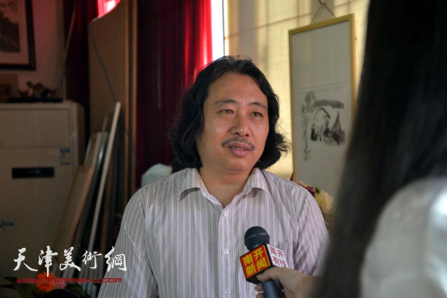 贾广健精品佳作9月13日在集真阁展出,图为贾广健接受媒体采访。