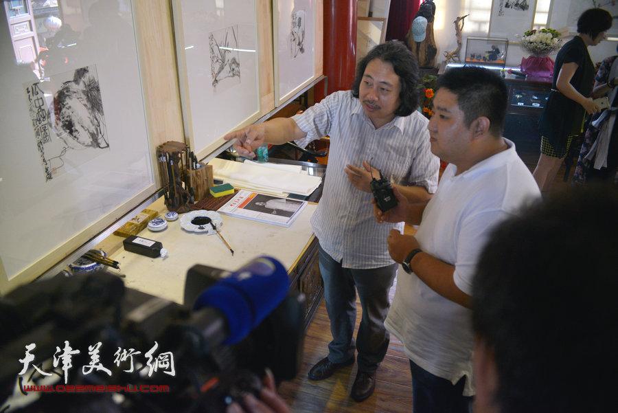贾广健精品佳作9月13日在集真阁展出,图为贾广健介绍作品。