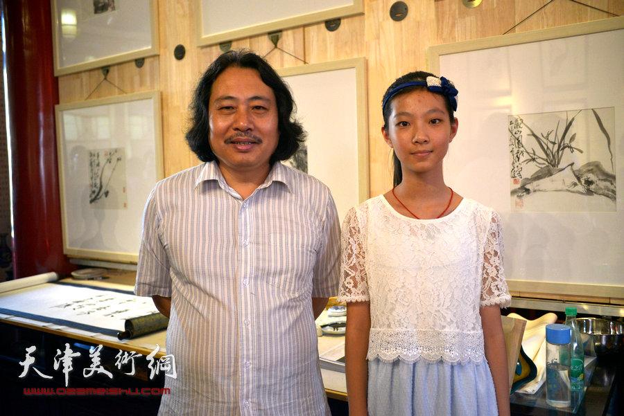 贾广健精品佳作9月13日在集真阁展出,图为贾广健与少年琴师在现场。