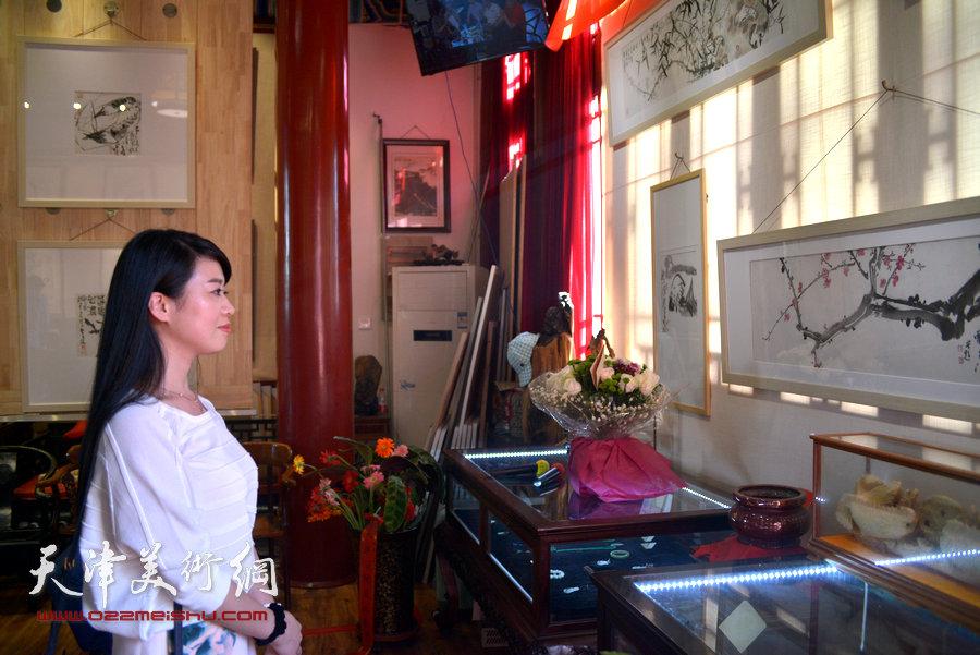 贾广健精品佳作9月13日在集真阁展出,图为鼎天拍卖黄艳萍在现场观赏画作。