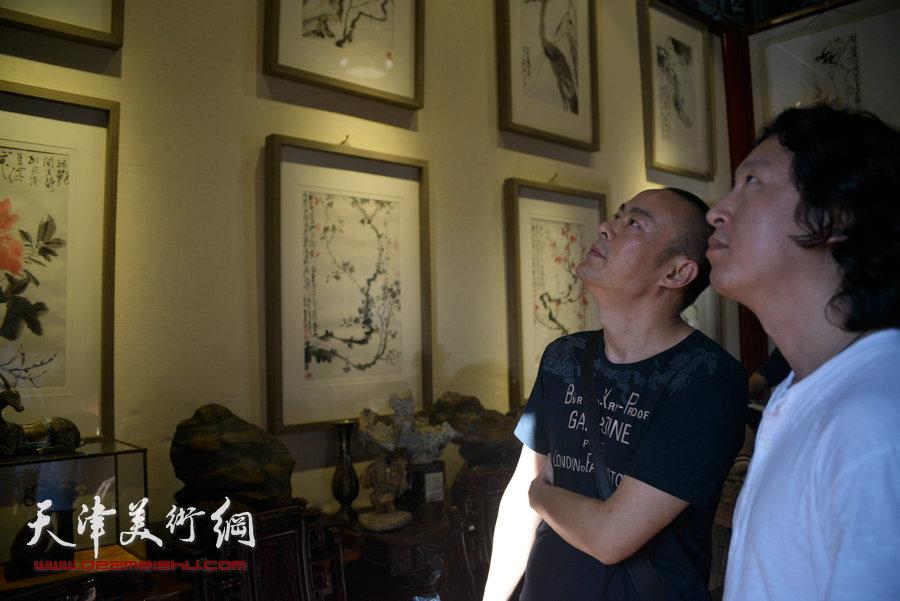 贾广健精品佳作9月13日在集真阁展出,图为徐展、梁健在现场观赏画作。