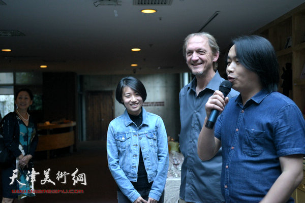 泰达当代艺术博物馆馆长刘建国介绍展览。