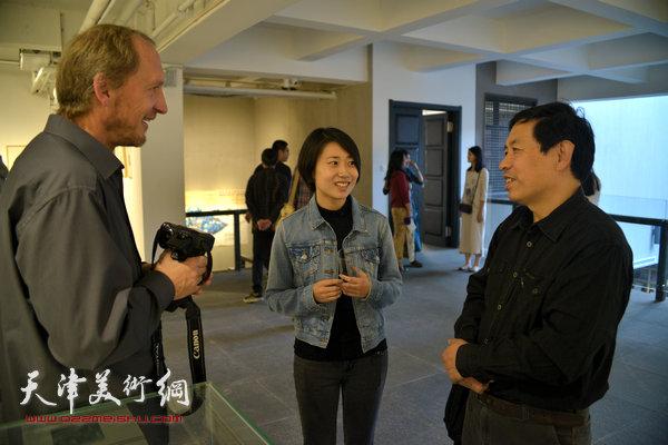约亨· 库布里克与天津藏书票协会会长、汉沽版画艺术协会会长刘硕海在展览现场交流。