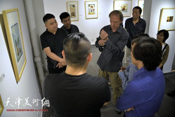 约亨· 库布里克在展览现场为观众讲解作品。