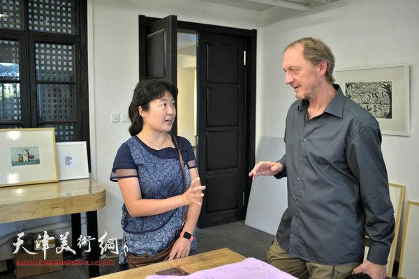 约亨· 库布里克与天津美术学院版画系副教授华绍莹在滨海国际版画创作基地交流。