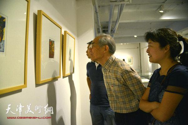 天津美术学院教授,天津藏书票研究会理事长沈延祥、天津美术学院版画系副教授华绍莹在观看展品。