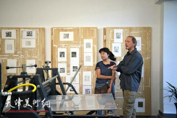 约亨· 库布里克与天津美术学院版画系副教授华绍莹在滨海国际版画创作基地。