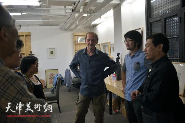 约亨· 库布里克与沈延祥、华绍莹、蒋伟等在滨海国际版画创作基地交流。