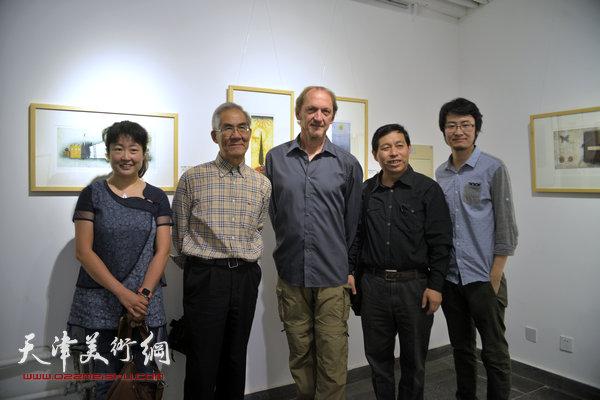 约亨· 库布里克与沈延祥、刘硕海、华绍莹、蒋伟等在展览现场。