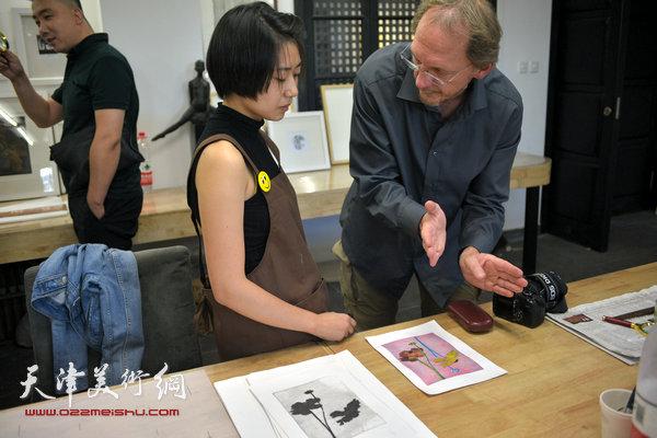 约亨· 库布里克在滨海国际版画创作基地指导学员创作。