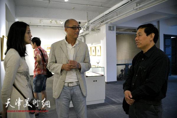 刘硕海与周磊在展览现场交流。