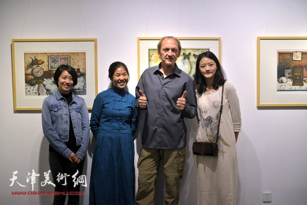 约亨·库布里克与滨海国际版画创作基地的学员在展览现场。