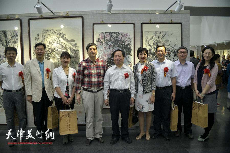 王润昌、华梅、张梅君等与陈元龙在画展现场。