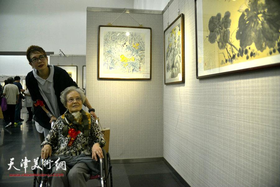 夏明远先生的夫人朱静馨与女儿夏效刚在观赏画作