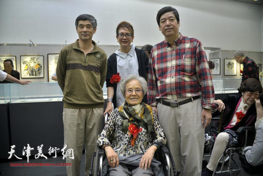 陈元龙与夏明远先生的夫人朱静馨、女儿夏效刚等