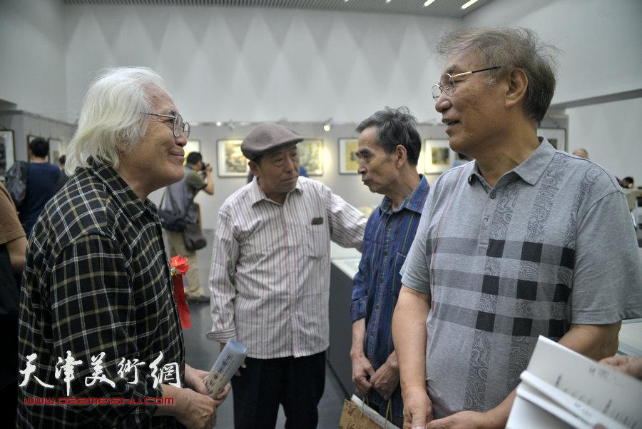 何延喆与李庆增在画展现场交流