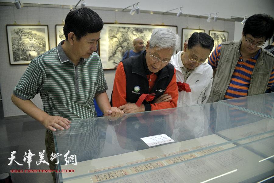 李桂金(左)在观赏作品