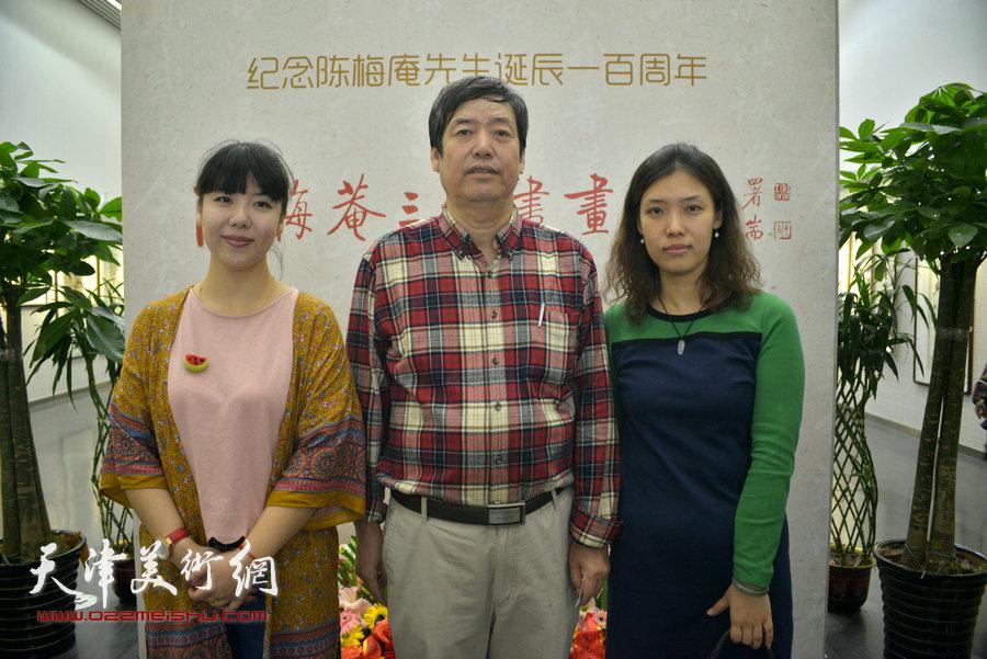 陈元龙与陈慧姝、陈慧婷在画展现场