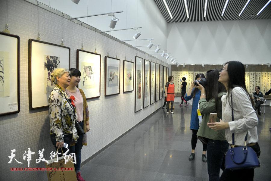 图为陈梅庵三代书画展览现场。
