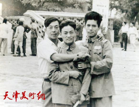 1954年9月在北京北海全国第一届版画展览会门前与版画家修军、张钦若合影