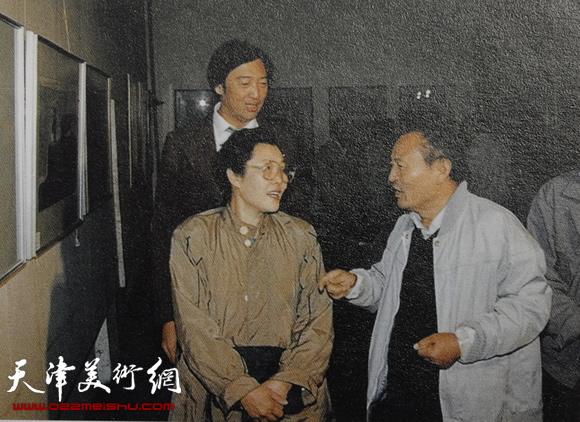 """1989年8月在天津""""吴燃画展""""现场与歌唱家于淑珍、作家冯骥才交谈"""
