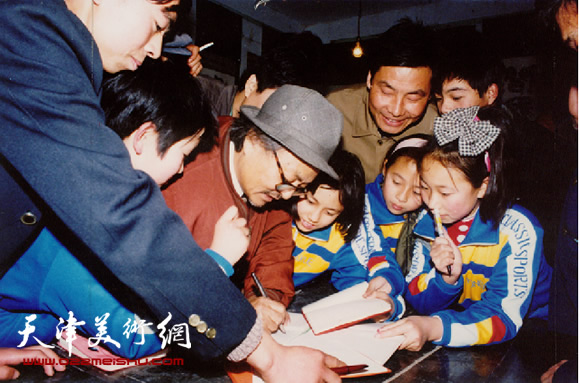 1992年11月18日萧县举办《萧县首届书画节》会议空隙为孩子们签名留念