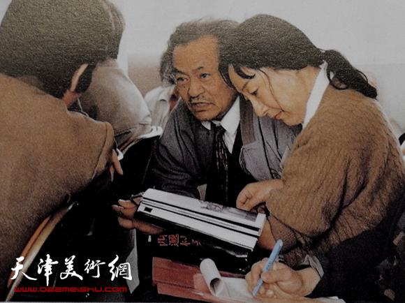 1995年5月在北戴河参加全国第三届版画家代表大会,会前与代表们交谈