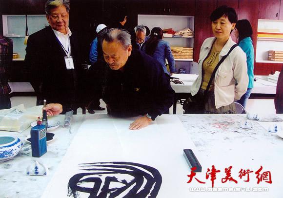 2006年11月在深圳观澜版画家邀请展笔会现场,背后为版画家李焕民