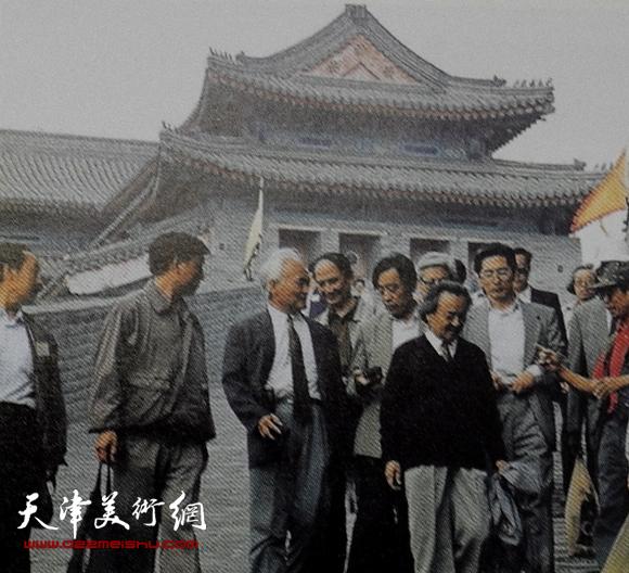 和全国第三届版画家大会代表们游览山海关长城
