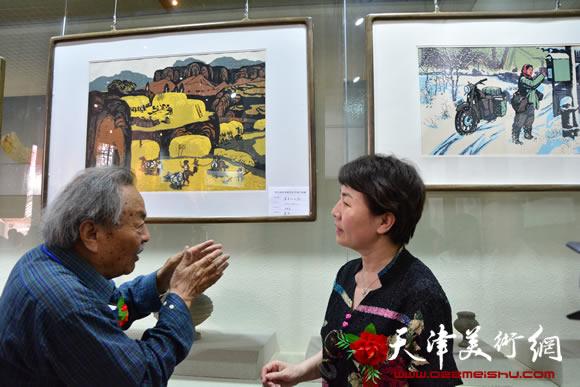在吴燃师生书画作品展上向来宾介绍自己的作品